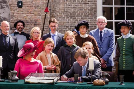 Koning Willem Alexander en Koningin Máxima openen het Hof van Nederland (27 april 2015)